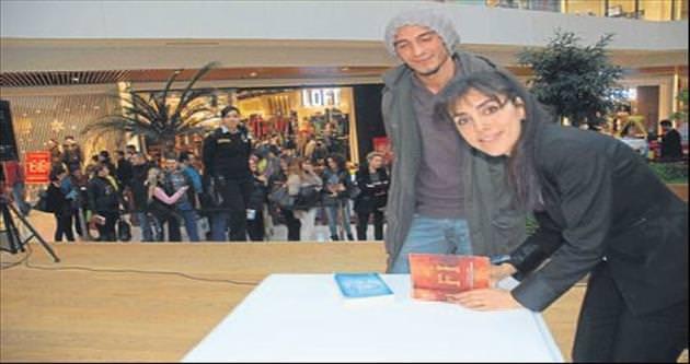 Azra Kohen Çi ve Fi kitaplarını imzaladı