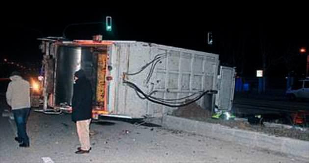 Çöp kamyonu devrildi: 4 yaralı