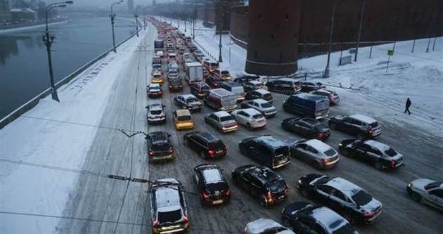 Moskova'da 2 milyon araç yolda kaldı!