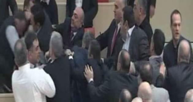 Gürcistan'da milletvekilleri tekme tokat birbirine girdi