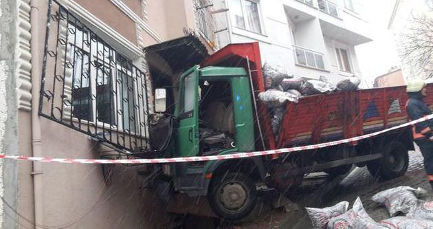 Çağlayan'da kontrolden çıkan kamyon eve girdi
