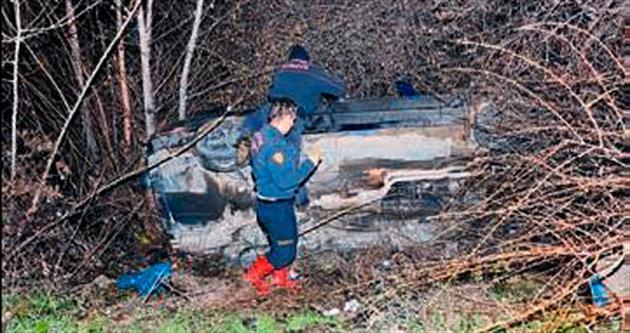 Araç şarampole devrildi: 2 yaralı
