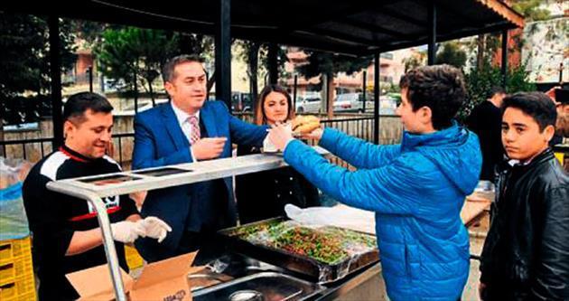 1000 öğrenci, balık ekmek ziyafeti çekti