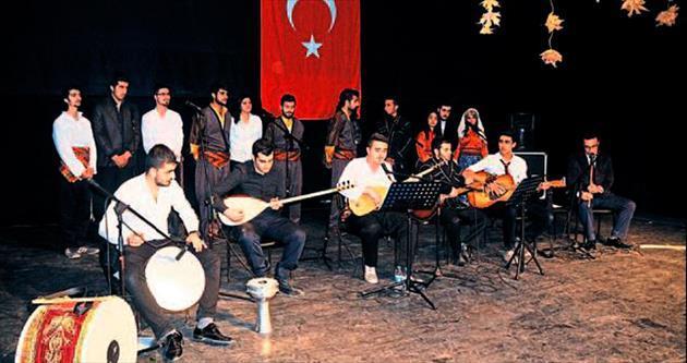 Üniversiteli gençlerden türkü ve şiir dinletisi