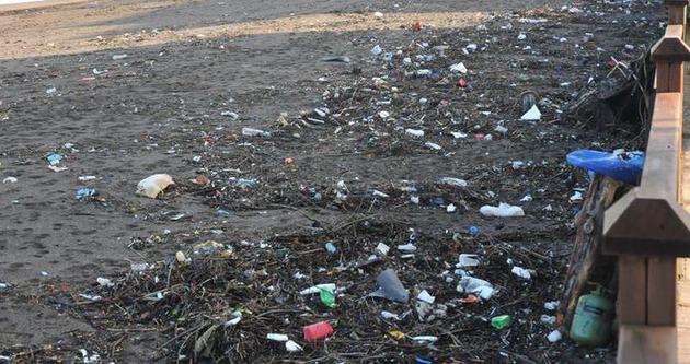 Dalgalar sahilleri yine çöplüğe çevirdi