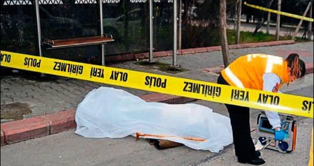 Yaşlı adam otobüs beklerken düşerek hayatını kaybetti