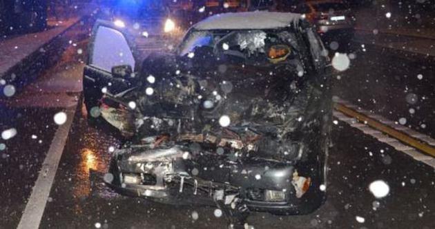 Kaza yapan otomobil alev alev yandı