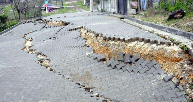 Yalova'da yol çöktü