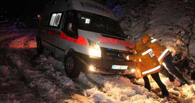 Ambulans su kanalına düştü