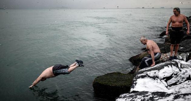 Yaz-kış denize giriyorlar