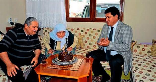 Yaşlılara sürpriz yaş günü pastası