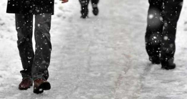Buzlu yolda ayakkabı üzerine çorap giyin