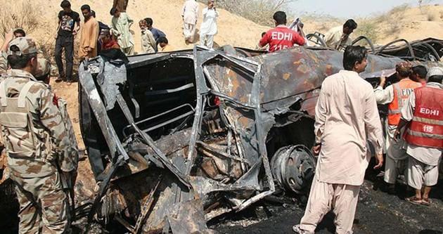 Pakistan'da otobüs tankerle çarpıştı: 57 ölü