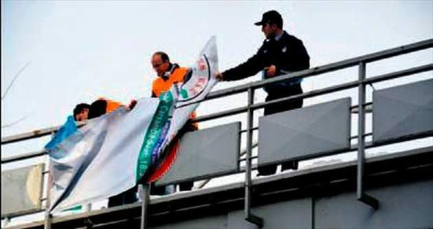 Zabıta ekipleri afişleri topladı