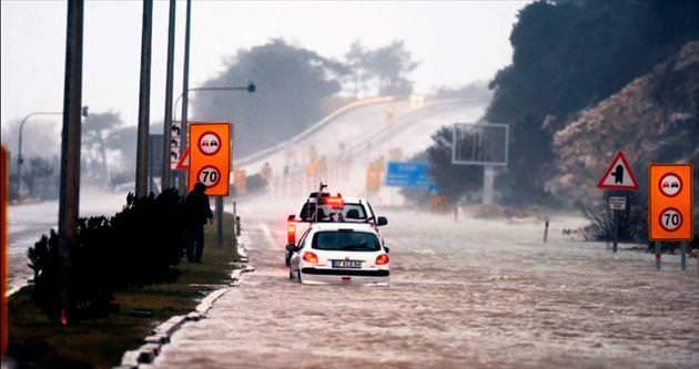 Antalya'yı fırtına vurdu