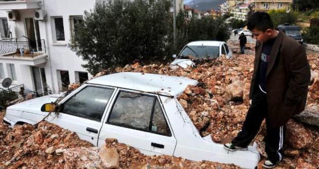 Kaş'ta evleri su bastı araçlar moloz altında kaldı