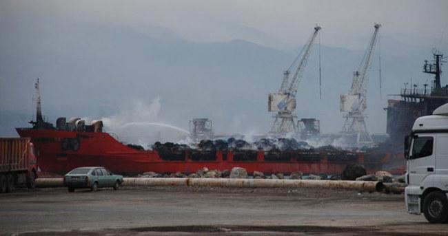Hatay'da yanan gemiyi yağmur söndürdü