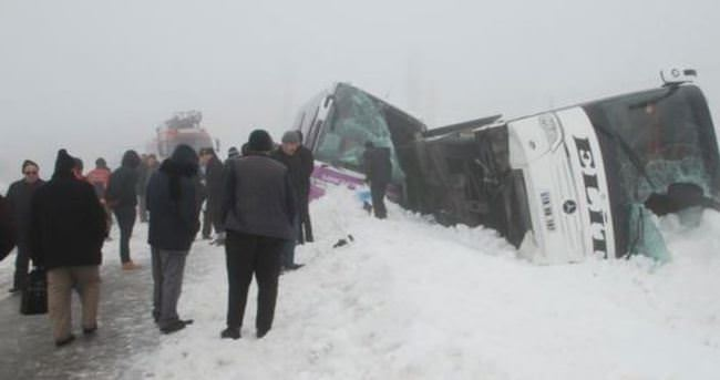 Buzlanan yolda iki otobüs devrildi