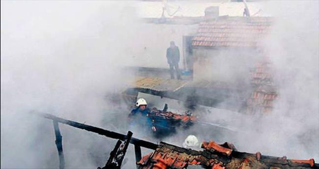 Apartman çatısında çıkan yangın korkuttu