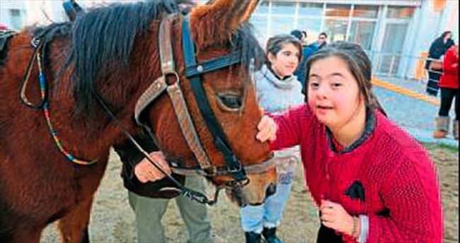 Otizmli çocuklar için atla terapi