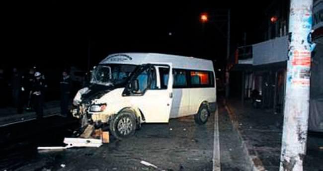 Minibüs direğe çarptı: 5 yaralı