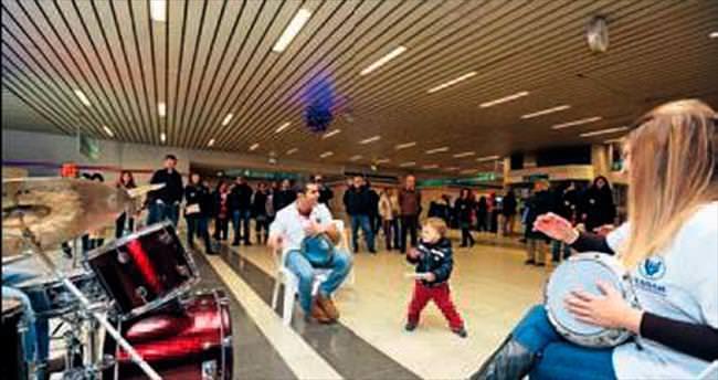 İzmir Metrosu'nda müzikli dakikalar