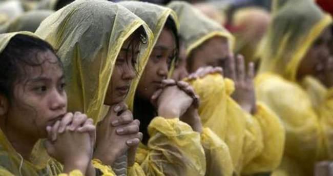 Papa'nın yağmur altındaki ayinine 6 milyon kişi katıldı