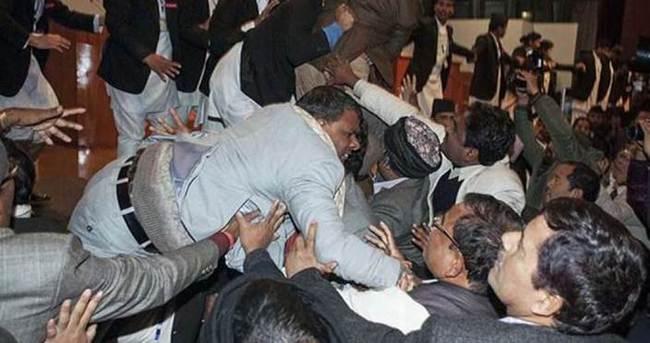 Nepal parlamentosunda tekme tokat kavga!