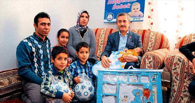 25 bininci bebeğe hediyeler götürdü