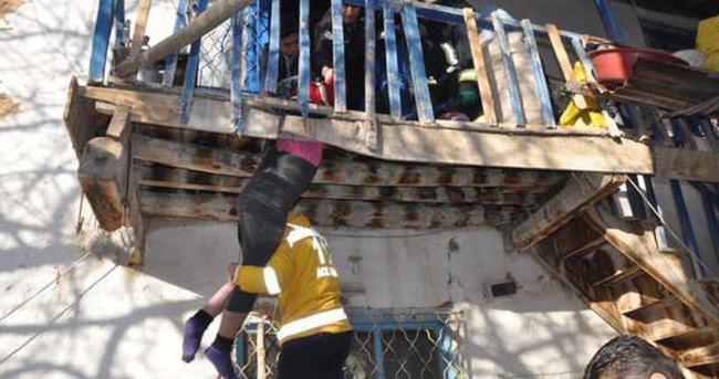 Çöken balkonun tahtaları arasında sıkıştı
