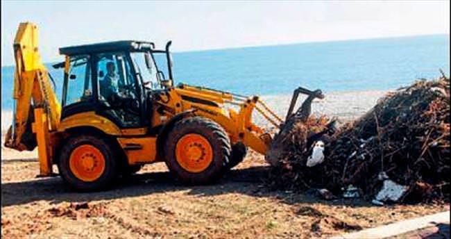 Fırtına sonrası sahilde temizlik