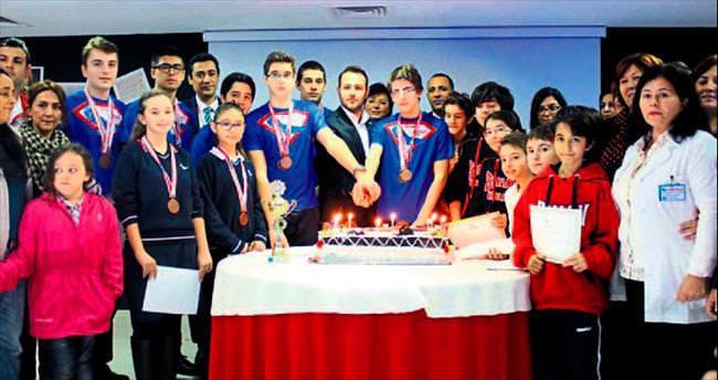 Başarılı öğrencileri altınla ödüllendirdiler