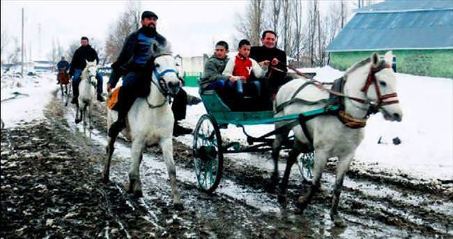 Kar üzerinde rahvan at yarışı