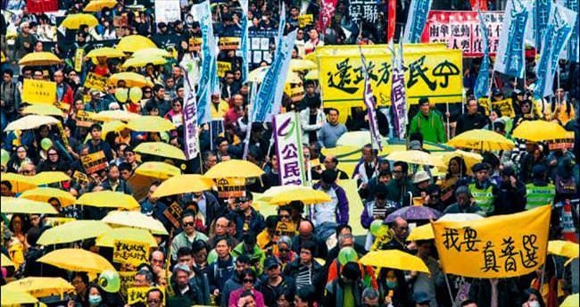 Hong Kong'da göstericiler yeniden meydanlarda
