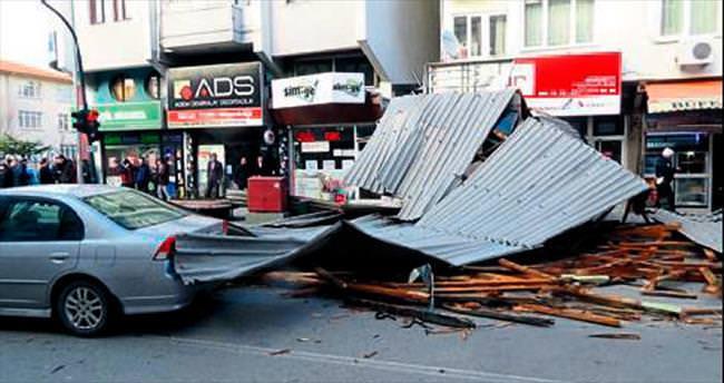 Isparta'da çatı uçtu kaza ucuz atlatıldı