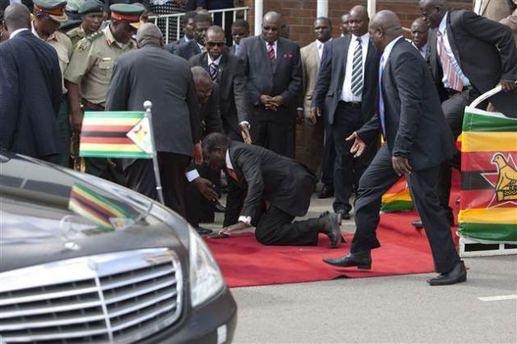 Zimbabwe Cumhurbaşkanı merdivenlerden düştü