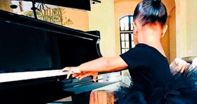 Kardashian'ın kızı piyano dersinde