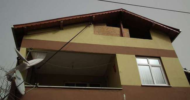 Uçmasın diye çatıyı bağladı