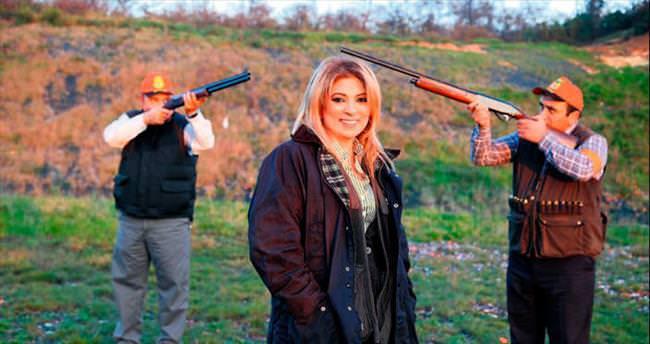 Silah Kraliçesi köstebeğe dava açtı