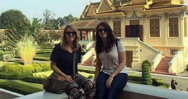 Kızlar tapınakta fotoğraf çekince sınır dışı edildi