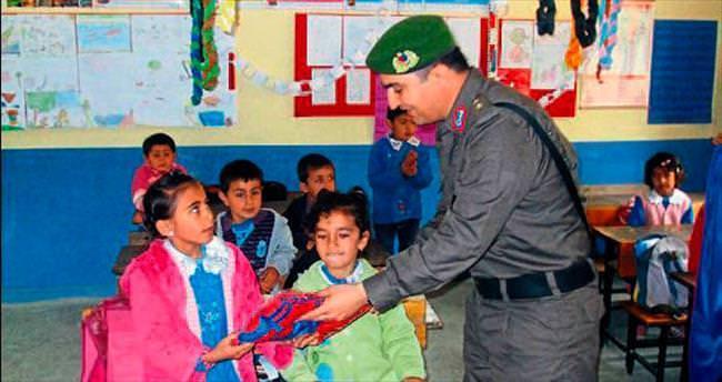 Jandarma öğrencilere kıyafet yardımı yaptı