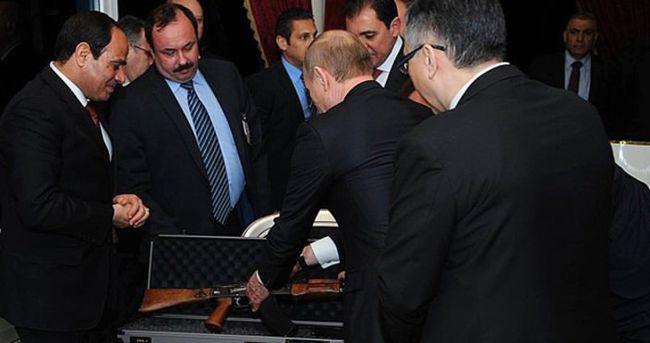 Putin'den Sisi'ye kalaşnikof!