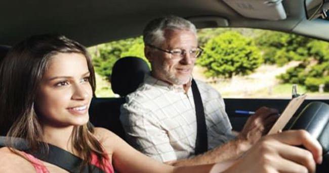 Gençler direksiyonda anne ve babayı örnek alıyor