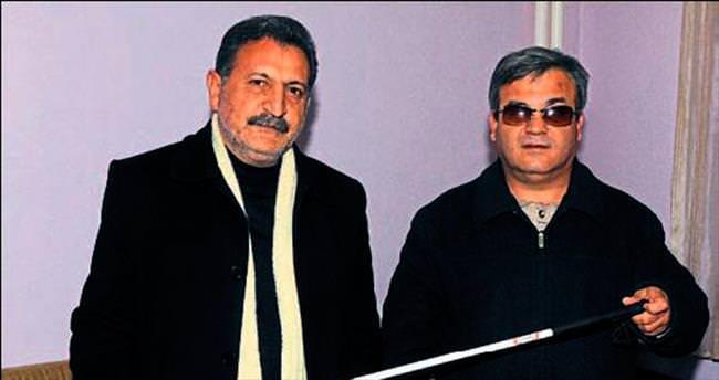 Engelli Mustafa yeni bastonuna kavuştu