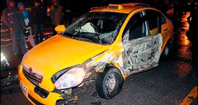 İki taksi çarpıştı sürücüler kapıştı