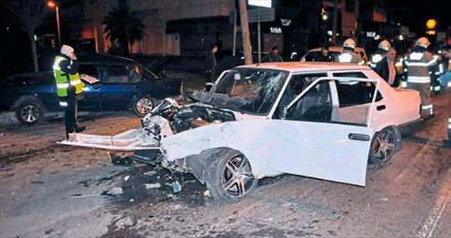 İzmir'de otomobiller çarpıştı: 4 kişi yaralı