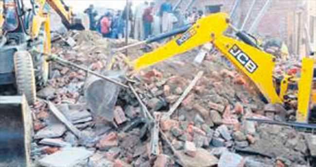 Kaba inşaat çöktü: 2'si çocuk 12 ölü