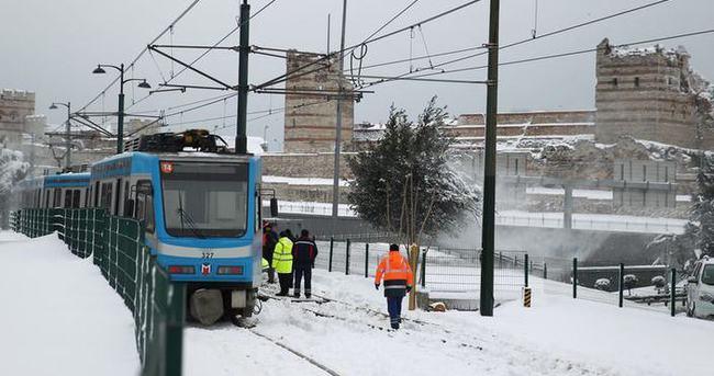 Tramvay raydan çıktı