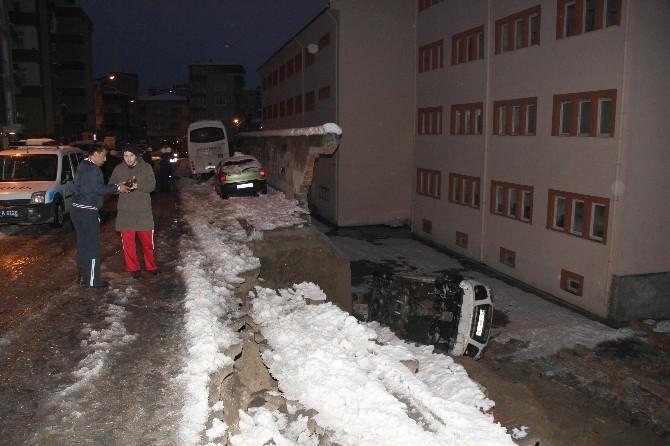 Okulun Bahçesindeki İstinat Duvarı Çöktü: 3 Araç Zarar Gördü