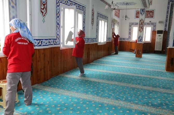 Yüreğir Belediyesi Camileri Temizliyor